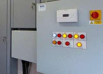 Montagem de painel de comando elétrico